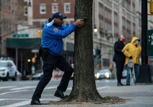 Funkcjonariusz policji podczas strzelaniny w katedrze św. Jana Bożego w Nowym Jorku