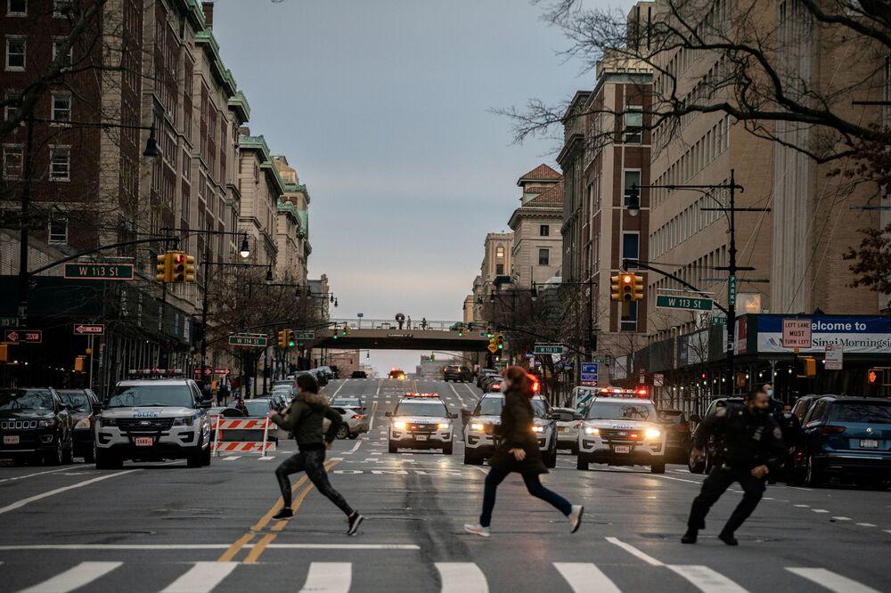 Ludzie uciekają z miejsca strzelaniny w katedrze, Nowy Jork