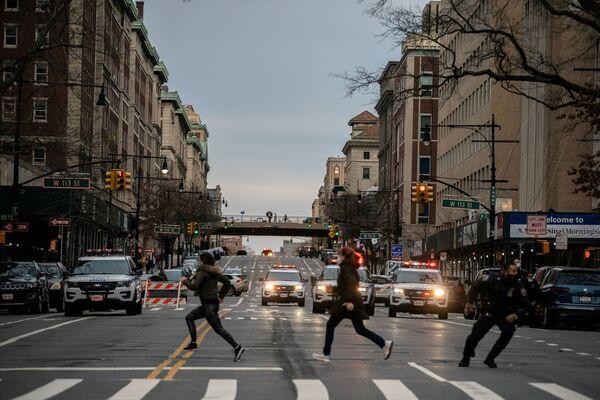 Ludzie uciekają z miejsca strzelaniny w katedrze, Nowy Jork - Sputnik Polska