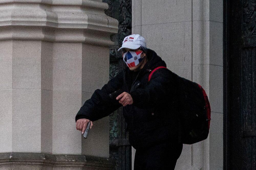 Mężczyzna w masce z bronią w katedrze św. Jana Bożego w Nowym Jorku