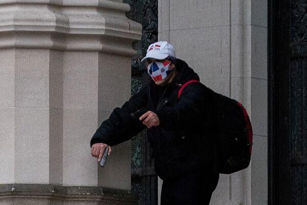 Mężczyzna w masce z bronią w katedrze św. Jana Bożego w Nowym Jorku - Sputnik Polska