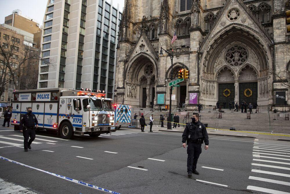 Zabezpieczenie miejsca, gdzie doszło do strzelaniny w katedrze św. Jana Bożego w Nowym Jorku