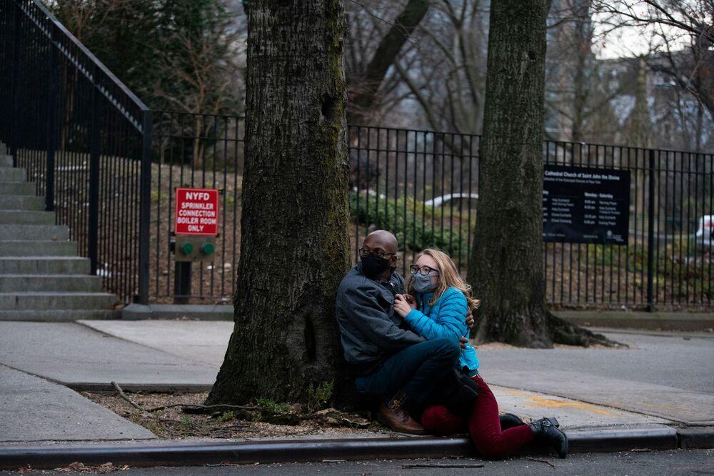 Ludzie ukrywają się podczas strzelaniny w katedrze św. Jana Bożego w Nowym Jorku