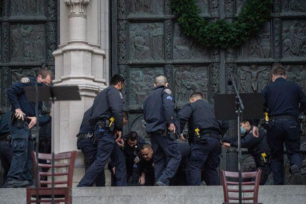Policja zatrzymuje mężczyznę, który otworzył ogień w katedrze św. Jana Bożego w Nowym Jorku - Sputnik Polska