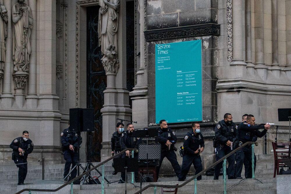 Funkcjonariusze policji podczas strzelaniny w katedrze św. Jana Bożego w Nowym Jorku