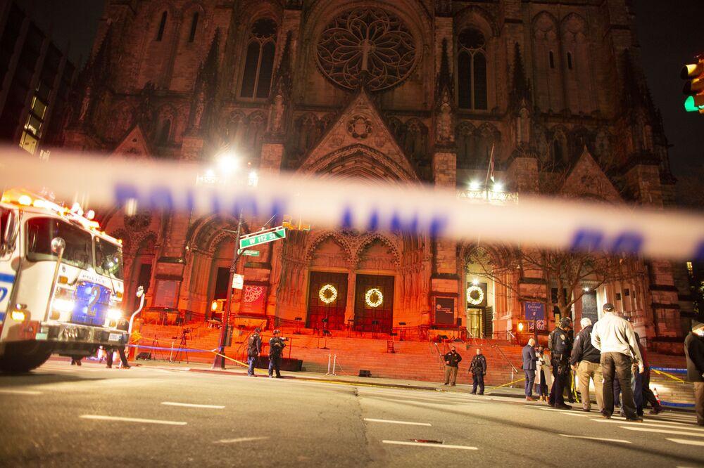 Policja przy katedrze św. Jana Bożego w Nowym Jorku