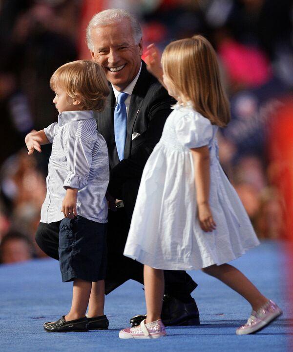Wiceprezydent USA Joe Biden z wnukiem i wnuczką, 2008 rok - Sputnik Polska