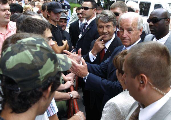 Wiceprezydent USA Joe Biden z prezydentem Ukrainy Wiktorem Juszczenką w Kijowie - Sputnik Polska