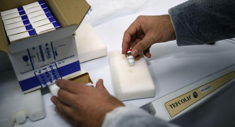 Pracownik pakuje szczepionkę Gam-COVID-Vac (znak towarowy Sputnik V) do wysyłki za granicę w Narodowym Centrum Epidemiologii i Mikrobiologii im. N. Gamalei w Moskwie