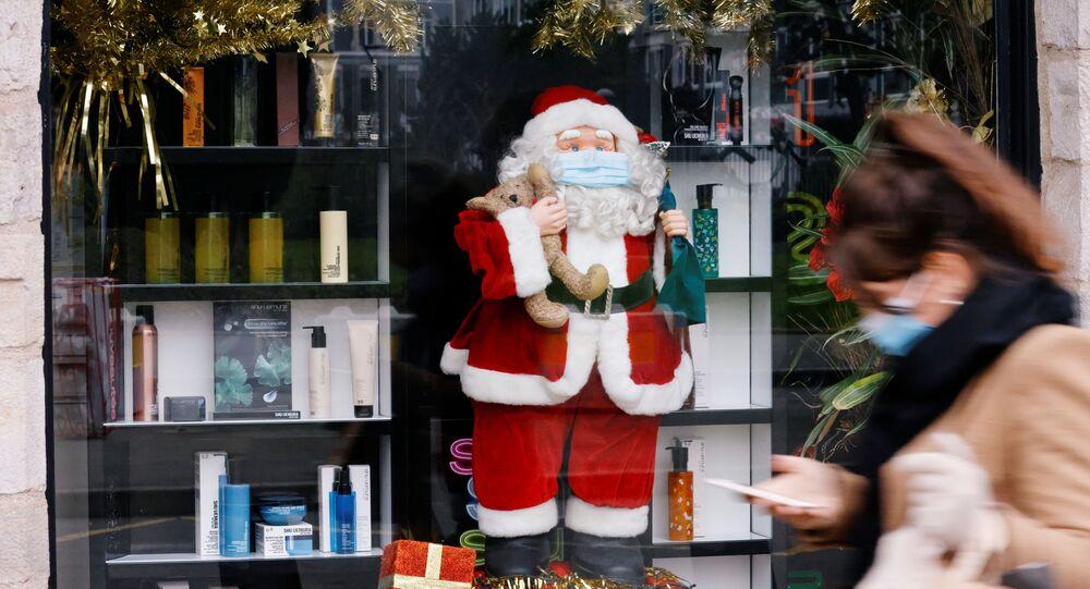 Figurka Św. Mikołaja w masce w sklepie w Lille, Francja