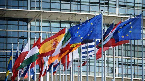 Flagi przy budynku Parlamentu Europejskiego w Strasburgu - Sputnik Polska