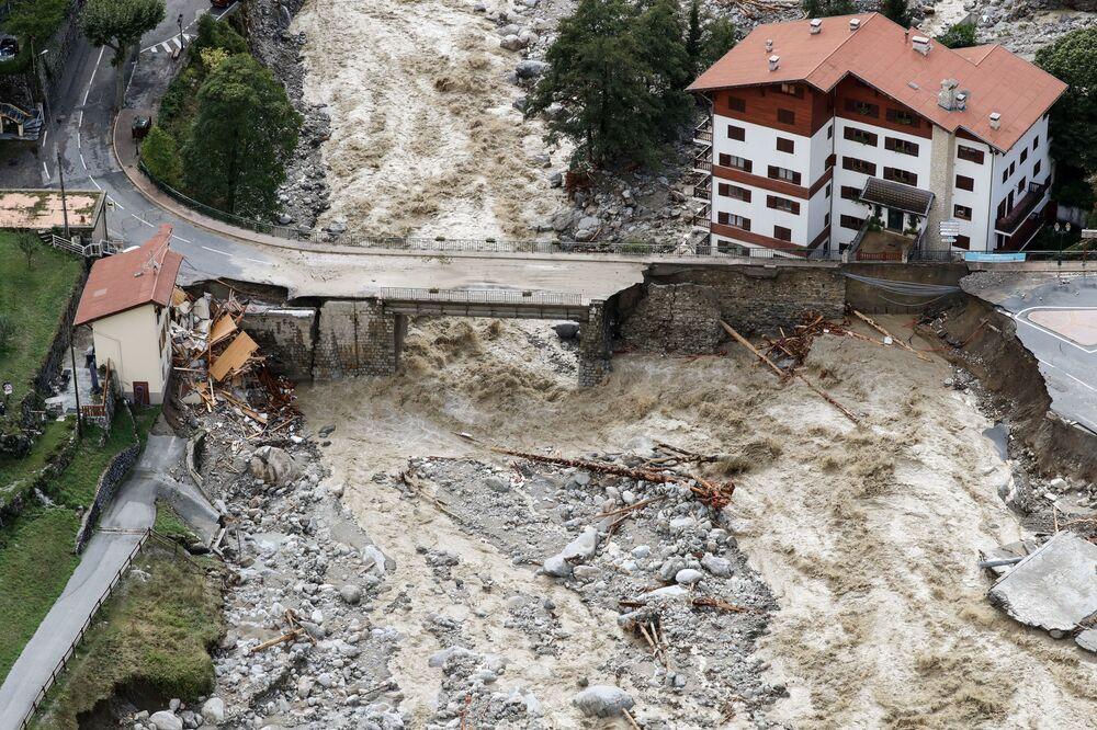 Widok z lotu ptaka na szkody powodziowe w Saint-Martin-Vésuby, region Alpes-Maritime we Francji