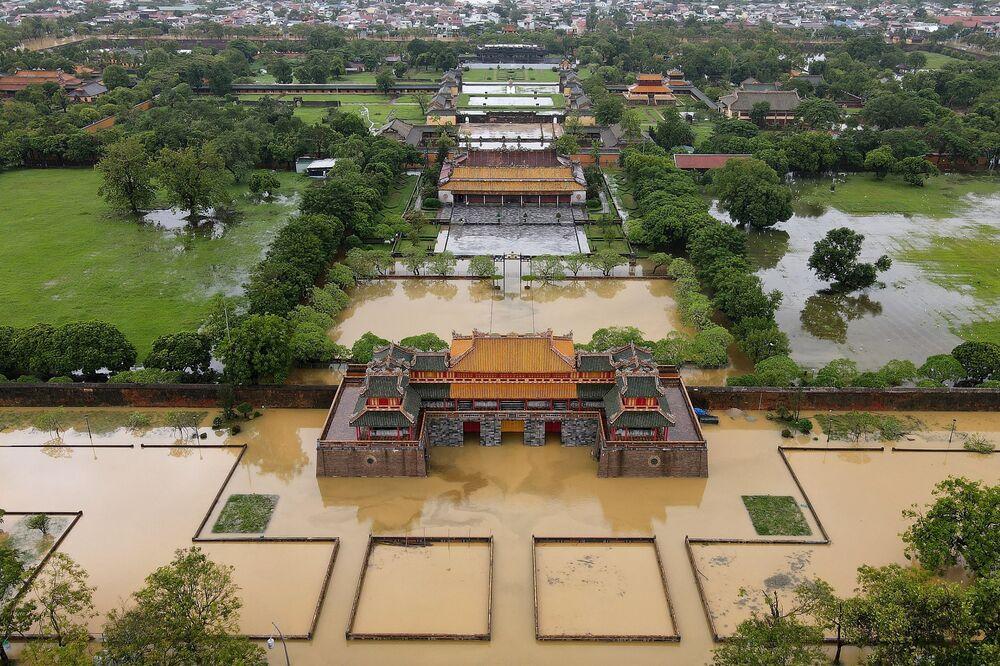 Miasto Hue zalały powodzie spowodowane obfitymi opadami deszczu w środkowym Wietnamie