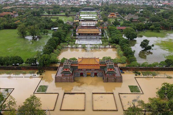 Miasto Hue zalały powodzie spowodowane obfitymi opadami deszczu w środkowym Wietnamie - Sputnik Polska