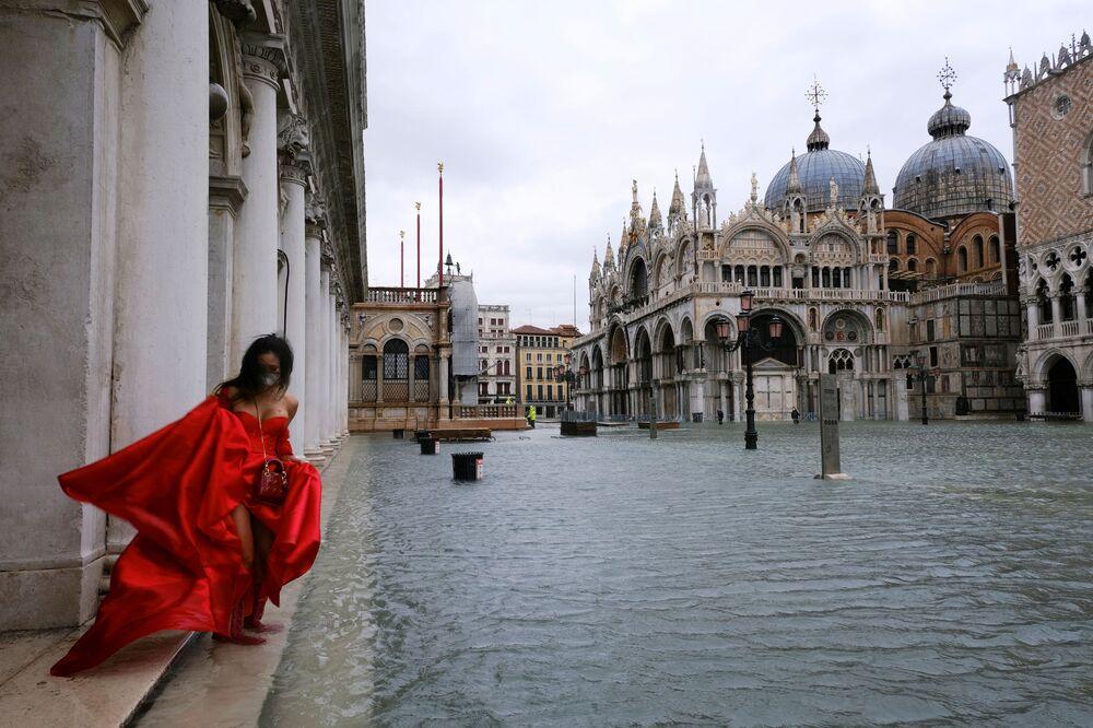 Kobieta na zalanym Placu Świętego Marka w Wenecji we Włoszech