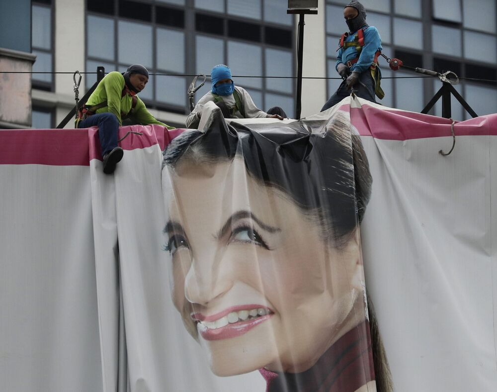 Pracownicy składają billboard w oczekiwaniu na tajfun Wongfong na Filipinach