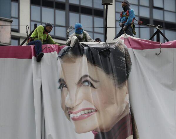 Pracownicy składają billboard w oczekiwaniu na tajfun Wongfong na Filipinach - Sputnik Polska