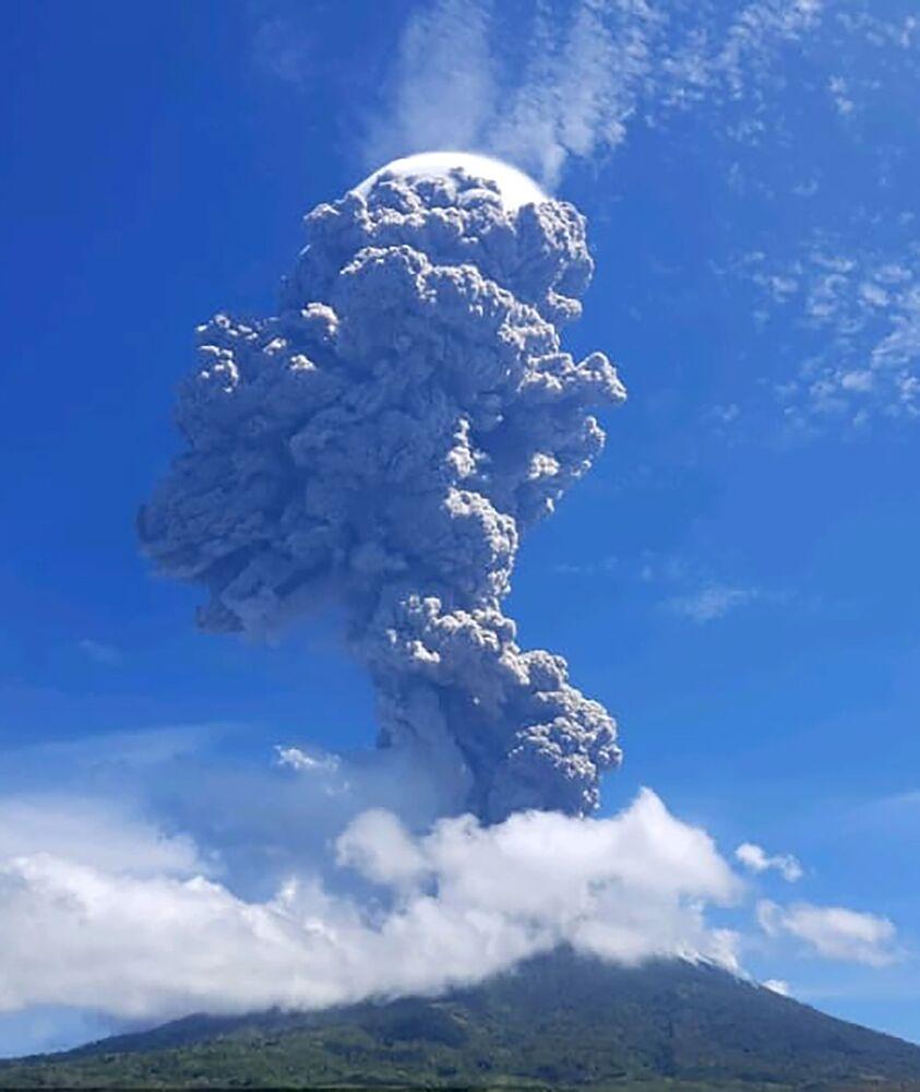 Erupcja stratowulkanu Levotolo w Indonezji