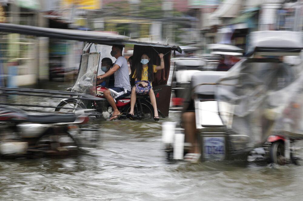 Droga na Filipinach zatopiona przez tajfun Molave