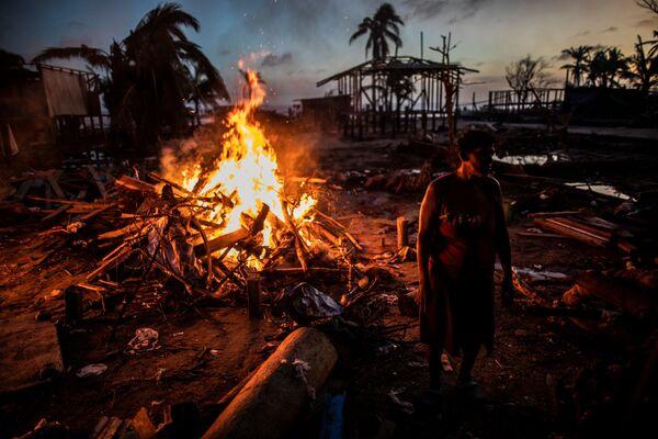 Ludzie palą śmieci po huraganie Iota w Nikaragui - Sputnik Polska