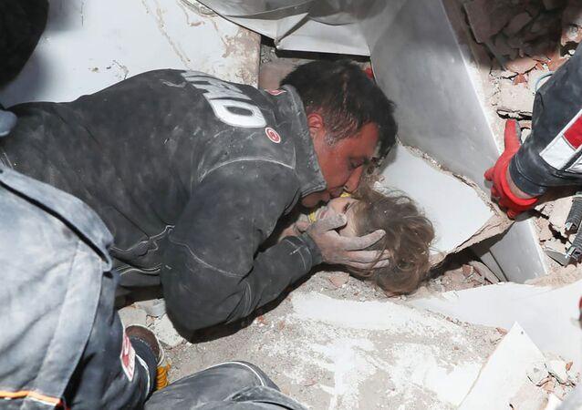 Tureccy ratownicy wyciągają dziecko z gruzów po trzęsieniu ziemi w Izmirze