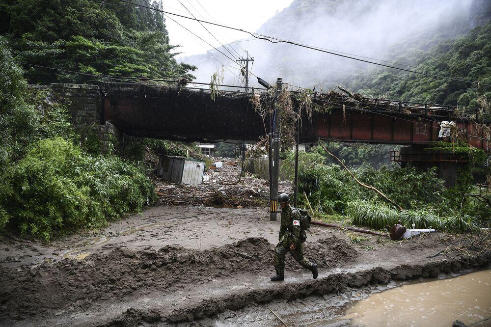 Następstwa ulewnych deszczy, niszczycielskich powodzi i osunięć ziemi, które zabiły co najmniej 52 osoby w japońskiej prefekturze Kumamoto