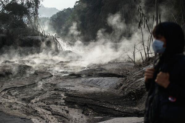 Konsekwencje erupcji wulkanu Semeru na wyspie Jawa w Indonezji - Sputnik Polska