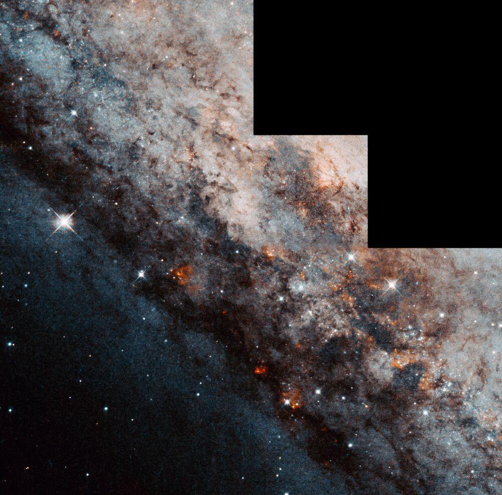 Galaktyka spiralna NGC 4945 w gwiazdozbiorze Centaura