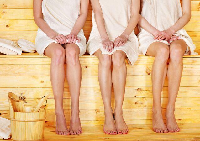Młode dziewczyny w saunie.