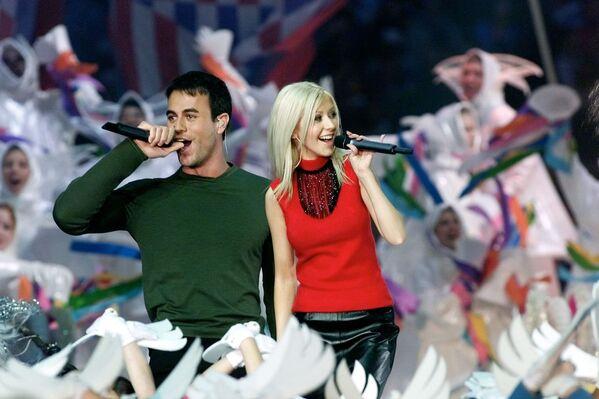 Christina Aguilera i Enrique Iglesias występują na Super Bowl XXXIV w 2000 roku - Sputnik Polska
