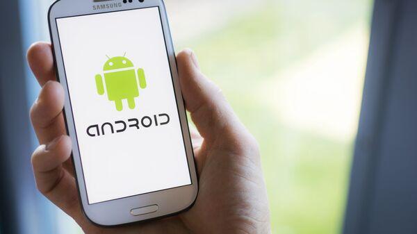Logo Androida na smartfonie Samsunga. - Sputnik Polska