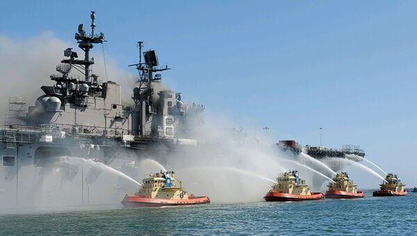 Gaszenie pożaru na pokładzie okrętu szturmowego USS Bonhomme Richard USS w San Diego - Sputnik Polska