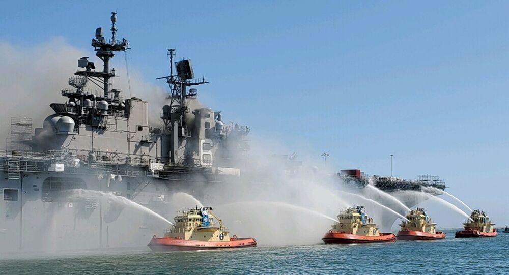 Gaszenie pożaru na pokładzie okrętu szturmowego USS Bonhomme Richard USS w San Diego