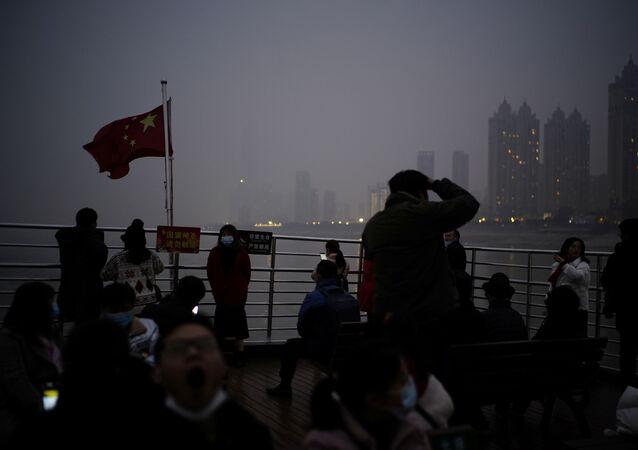 Prom przepływa przez rzekę Jangcy rok po wybuchu epidemii COVID-19 w Wuhan.