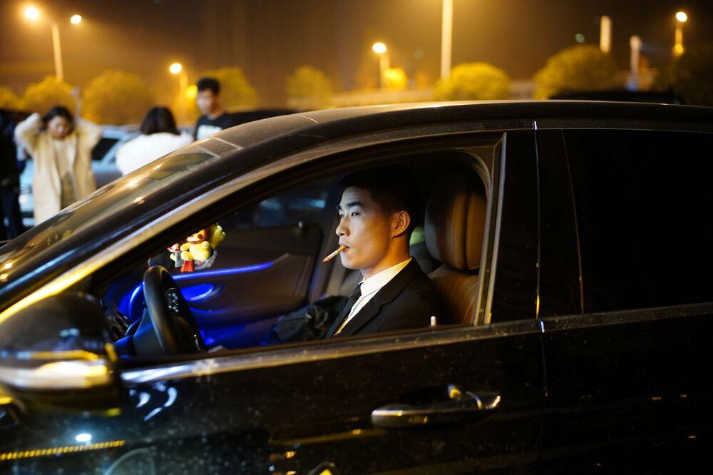 Klient przed klubem nocnym w Wuhan.