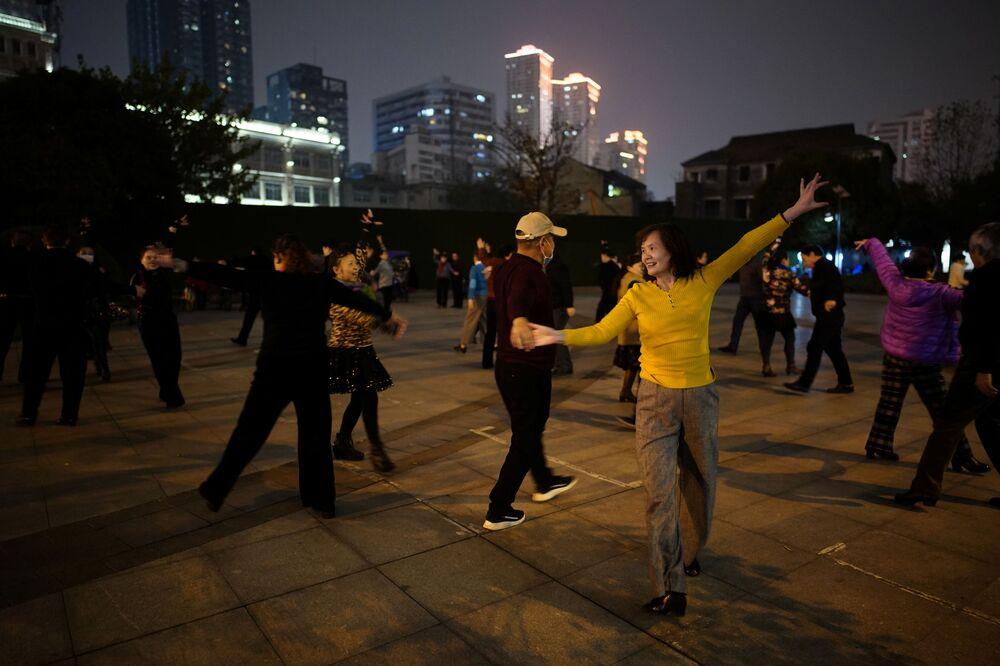 Ludzie tańczą w nocy w parku w Wuhan rok po wybuchu epidemii COVID-19.