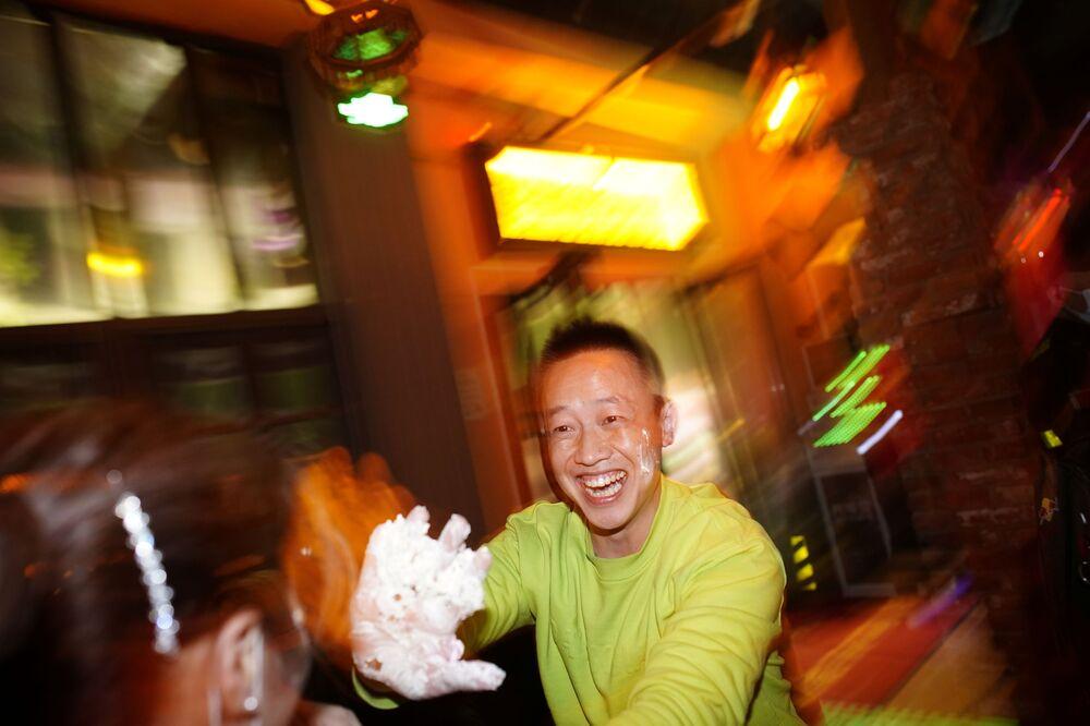 Kliencie jednego z barów w Wuhan smarują się kremem z tortu.
