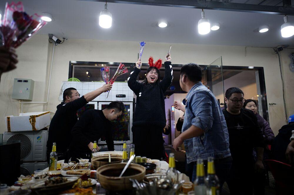 Urodziny w jednej z restauracji w Wuhan.