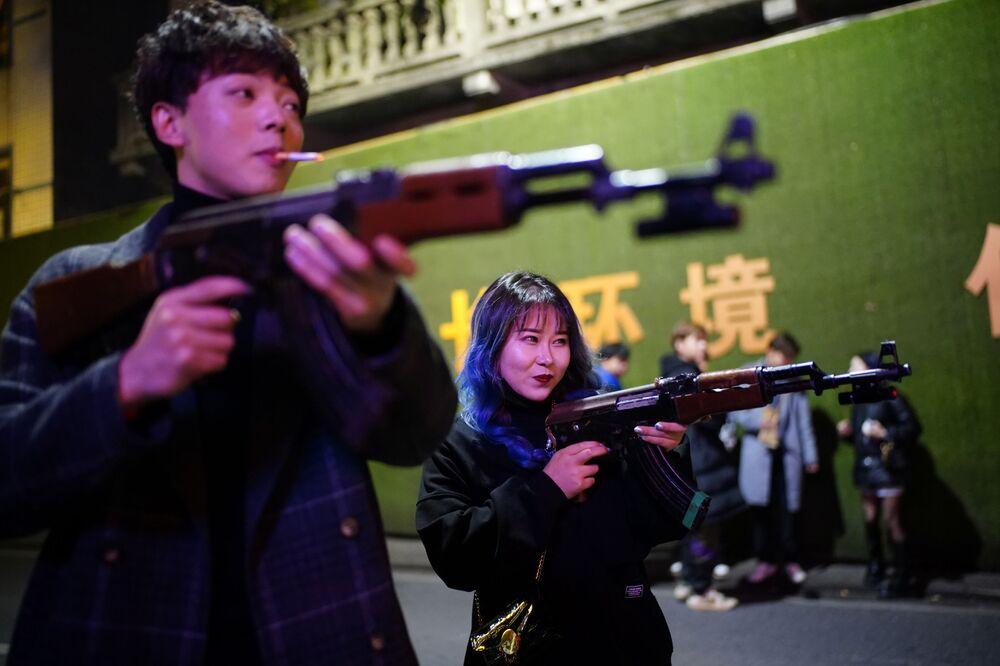 Klienci jednego z klubów nocnych w Wuhan rok po wybuchu epidemii COVID-19.