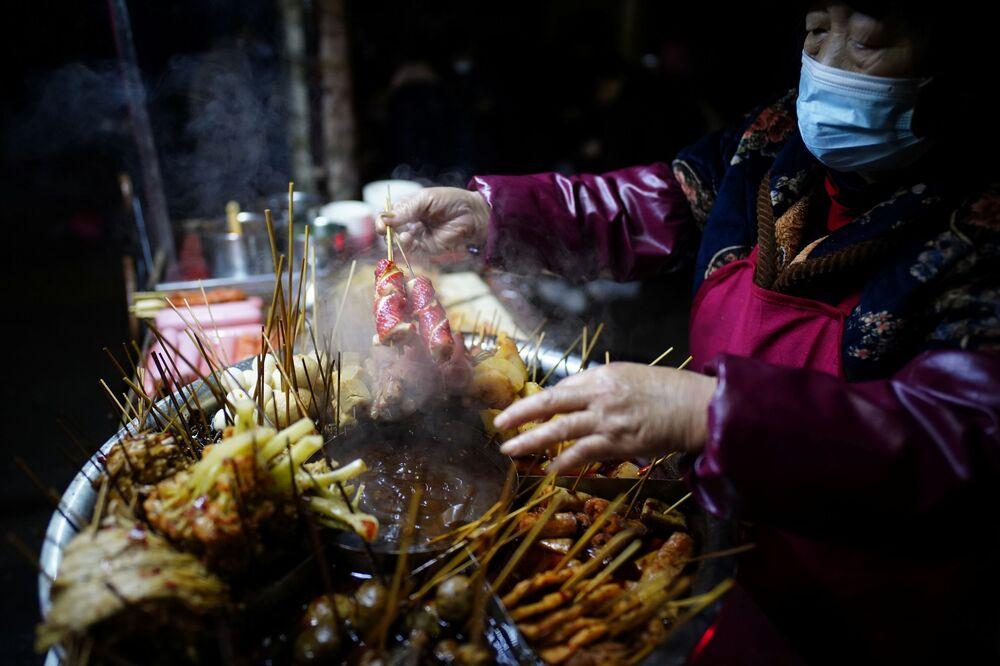 Sprzedawca street food na jednej z ulic Wuhan.