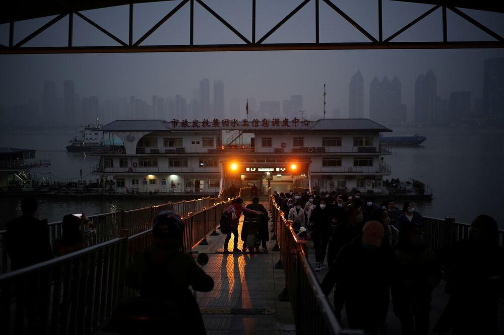 Ludzie schodzą z promu w Wuhan, Chiny.