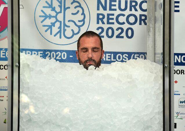 Francuz Romain Vandendorpe ustanowił rekord świata w najdłuższym przebywaniu w pojemniku z lodem.