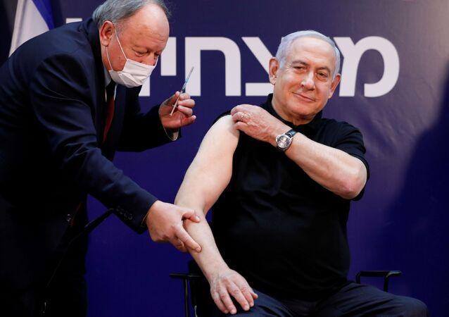Premier Izraela Benjamin Netanjahu zaszczepił sią na koronawirusa SARS-CoV-2.