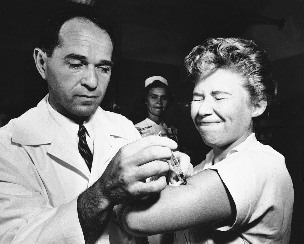 Lekarz podaje pielęgniarce szczepionkę przeciw grypie azjatyckiej w Nowym Jorku w 1957 roku