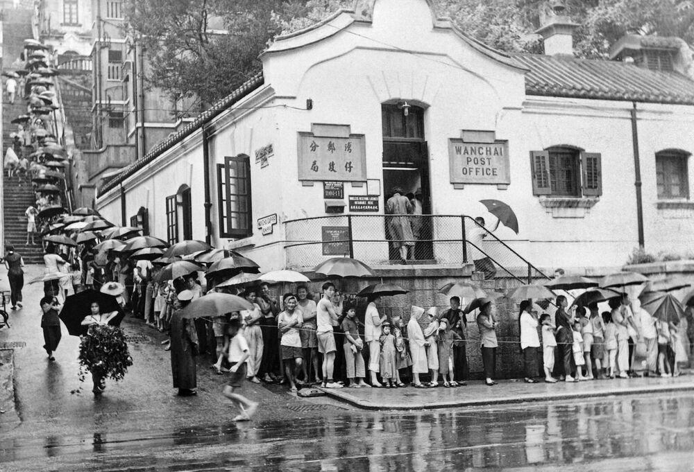 Kolejka do szczepień przeciwko cholerze przed centrum medycznym w Hongkongu, 1961
