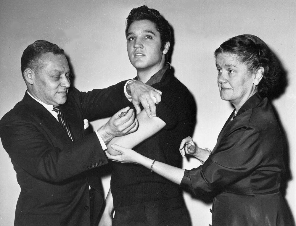 Elvis Presley zostaje zaszczepiony przeciwko polio w Nowym Jorku