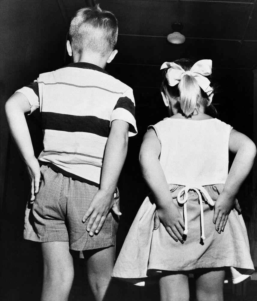 Dzieci pocierają pośladki po otrzymaniu zaszczepienia gamma globuliną podczas masowych testów prewencyjnej szczepionki przeciwko polio, 2 lipca 1952 r.