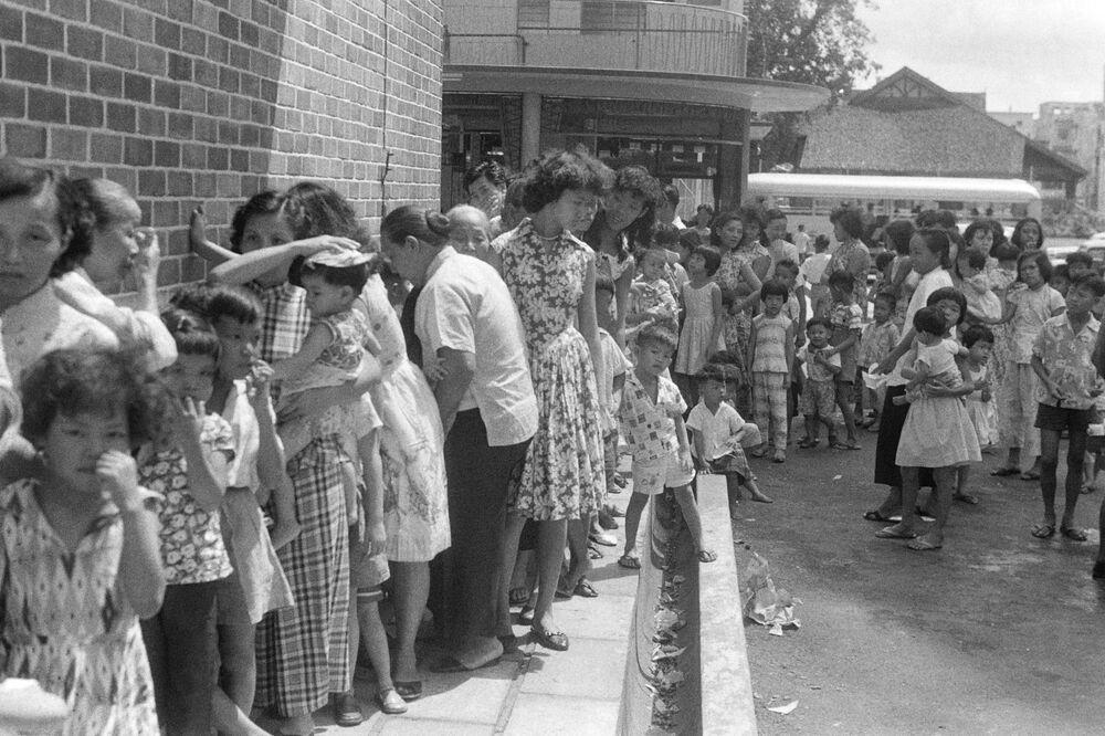 W Singapurze ludzie stoją w kolejce po szczepionkę przeciwko ospie, 1959 rok