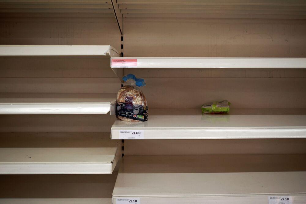 Puste półki w sklepie Sainsbury w Londynie