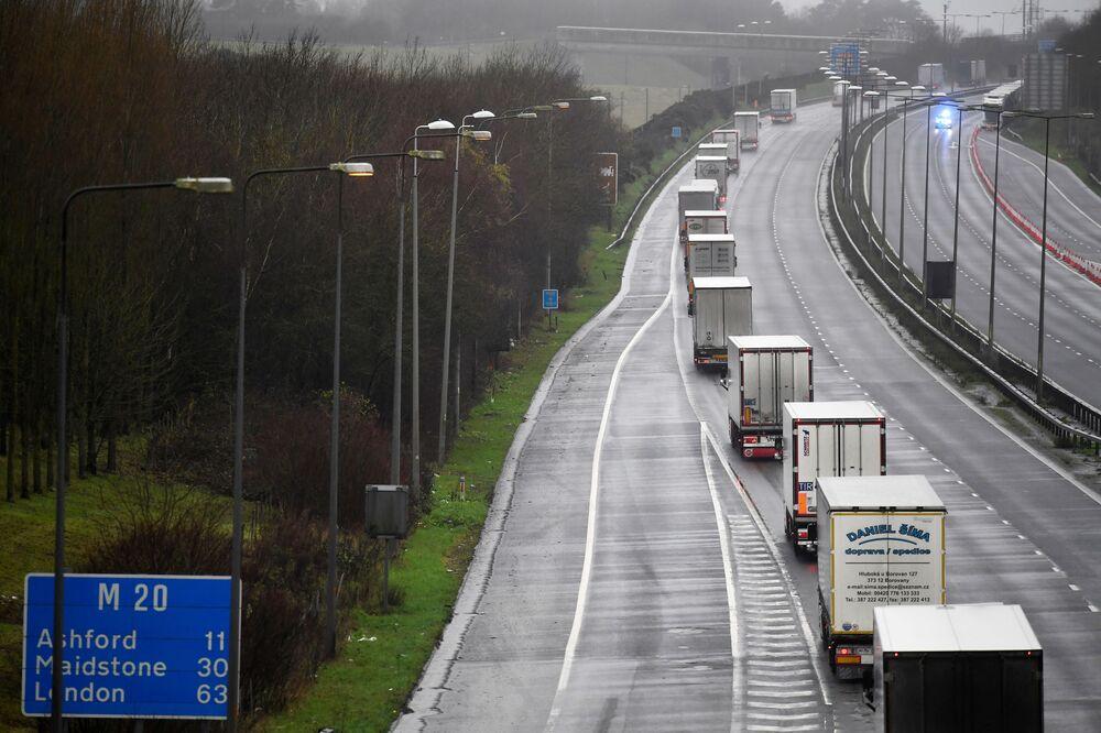 Ciężarówki pod eskortą policji w Folkestone